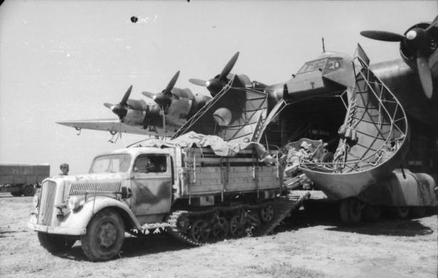 "Italien, Flugzeug Me 323 Gigant, Opel ""Maultier"""